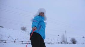 De gelukkige spelen van het de wintermeisje met sneeuwschotel op witte sneeuw en lach Vrouw op vakantieglimlachen en spelen Kerst stock video