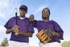 De gelukkige Spelers die van het Honkbal zich tegen Hemel bevinden stock afbeeldingen