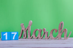 De gelukkige St Patricks Dagen bewaren de datum 17 maart Dag 17 van maand, dagelijkse houten kalender op lijst en groene achtergr Royalty-vrije Stock Fotografie