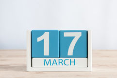 De gelukkige St Patricks Dagen bewaren de datum 17 maart Dag 17 van maand, dagelijkse kalender op houten lijstachtergrond De lent Royalty-vrije Stock Foto's