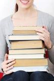 De gelukkige stapel van de vrouwenholding van boeken Stock Foto