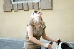 De gelukkige straat van de moederwandelwagen Royalty-vrije Stock Afbeeldingen
