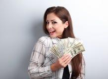 De gelukkige succesvolle jonge mooie dollars van de vrouwenholding in handenverstand stock afbeeldingen