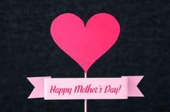 De gelukkige tekst van de Moeder` s Dag op een lint en een rood hart Royalty-vrije Stock Afbeelding