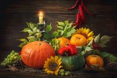 De gelukkige Thanksgiving dayachtergrond, houten die lijst, met groenten, vruchten en de herfst wordt verfraaid gaat weg De achte Stock Afbeeldingen
