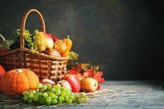 De gelukkige Thanksgiving dayachtergrond, de houten die lijst met Pompoenen wordt verfraaid, de Maïs, de vruchten en de herfst ga stock afbeeldingen