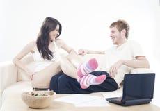 De gelukkige tienerjaren koppelen het lachen aan vreugde Stock Foto