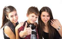 De gelukkige tieners toont duimen Stock Afbeeldingen