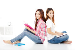 de gelukkige tienerstudie van studentenmeisjes samen stock foto's