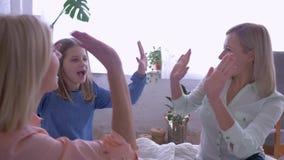 De gelukkige tijd met moeder, jonge dochters met geliefde mum heeft en pret die uit terwijl thuis het ontspannen babbelen hangen