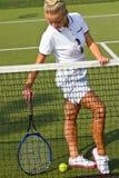 De gelukkige tribunes van het sportenmeisje met racket op hof bij zonnige de zomerdag Stock Afbeelding