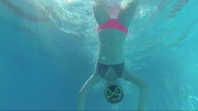 De gelukkige Twee Meisjes Dive In Swimming Pool bekijken de camera, Onderwaterspruit stock footage