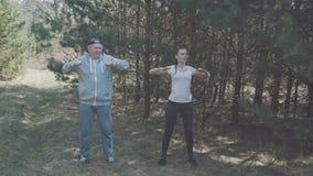 De gelukkige vader en de dochter werken in vroege bos4k uit stock videobeelden