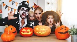 De de gelukkige vader en kinderen van de familiemoeder in kostuums en make-up o stock afbeelding