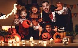 De de gelukkige vader en kinderen van de familiemoeder in kostuums en make-up op een viering van Halloween stock foto's