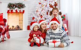 De de gelukkige vader en kinderen van de familiemoeder op Kerstmisochtend Royalty-vrije Stock Afbeeldingen