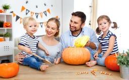 De gelukkige de vader en de kinderenbesnoeiingspompoen van de familiemoeder voor zegent royalty-vrije stock afbeeldingen