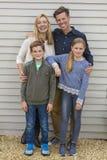 De gelukkige Vader Son Daughter Outside van de Familiemoeder Royalty-vrije Stock Afbeelding