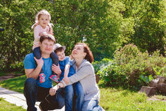 De gelukkige Vader Son Daughter van de Familie in openlucht Moeder Stock Afbeelding