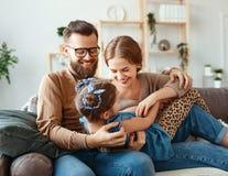 De gelukkige vader van de familiemoeder en kinddochter die thuis lachen stock foto's