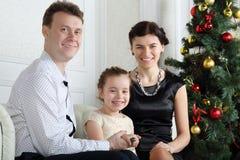 De gelukkige vader, weinig dochter met ring op vinger en moeder zitten royalty-vrije stock foto