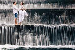 De gelukkige vakantie van familiewittebroodsweken Paar in de pool van de cascadewaterval Royalty-vrije Stock Foto