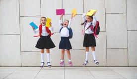 De gelukkige van de het schoolmeisjestudent van het kinderenmeisje basisschool Stock Foto's