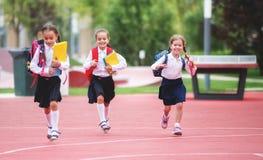De gelukkige van de het schoolmeisjestudent van het kinderenmeisje basisschool Stock Afbeeldingen