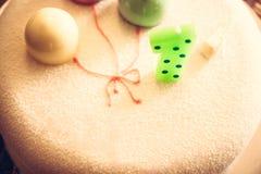 De gelukkige verjaardagscake voor kinderenpartij verfraaide met één kaars en zoete ballons ter ere van eerste verjaardagsverjaard Royalty-vrije Stock Foto
