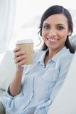 De gelukkige verleidelijke donkerbruine mok van de holdingskoffie Stock Foto