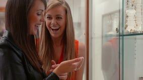 De gelukkige vrienden in de juwelen winkelen stock footage
