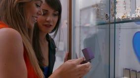 De gelukkige vrienden in de juwelen winkelen stock videobeelden