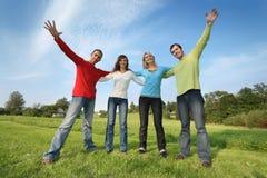 De gelukkige vrienden groeperen zich Stock Foto's