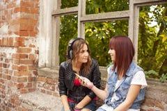 de gelukkige vrienden luisteren aan muziek Stock Afbeelding