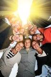 De gelukkige vrienden omcirkelen royalty-vrije stock fotografie