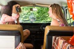 De gelukkige vrienden op een weg halen over Royalty-vrije Stock Foto's