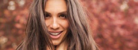 De gelukkige vrolijke glimlachende vrouw geniet van in de aard Panorama wijd royalty-vrije stock fotografie