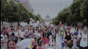 De gelukkige Vrolijke menigte die van LGBT bij jaarlijkse trots op centrale weg marcheren stock footage