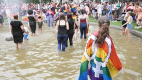 De gelukkige Vrolijke menigte die van LGBT in waterfontein dansen stock footage
