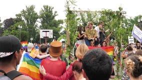 De gelukkige Vrolijke menigte van LGBT bij het jaarlijkse Trots het vieren dansen stock video