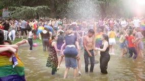 De gelukkige Vrolijke menigte van LGBT bij jaarlijkse Trots die in fontein dansen stock videobeelden