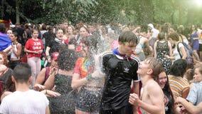 De gelukkige Vrolijke menigte van LGBT bij jaarlijkse Trots het vieren dansende langzame motie stock videobeelden