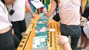 De gelukkige Vrolijke menigte van LGBT bij jaarlijkse Trots vrije condooms en lollys stock videobeelden