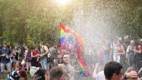 De gelukkige Vrolijke de menigtevlag van LGBT doorweekt in water stock videobeelden