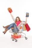De gelukkige vrouw in boodschappenwagentje met stelt voor Royalty-vrije Stock Fotografie