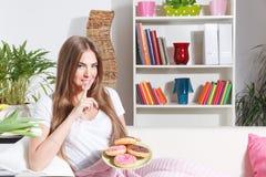 De gelukkige vrouw breekt dieet Royalty-vrije Stock Foto