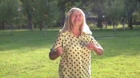 De gelukkige vrouw danst stock videobeelden