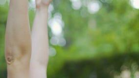 De gelukkige vrouw die in park liggen bereikt in openlucht handen omhoog omhelzend aard, in liefde stock video