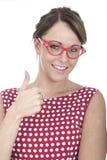 De gelukkige Vrouw die Rode Ontworpen Glazen dragen beduimelt omhoog Royalty-vrije Stock Foto