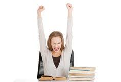 De gelukkige vrouw eindigde voorbereidingen treffend aan examen Royalty-vrije Stock Afbeeldingen